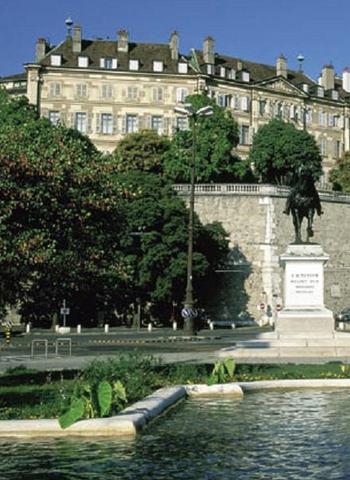 Piaget: Profesor de Sociología, Universidad de Ginebra.