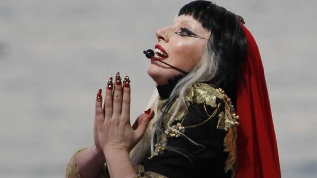 Lady Gaga se presenta en obertura