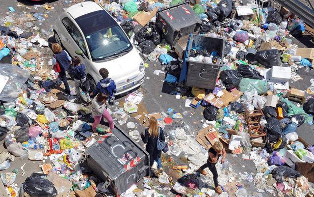 A pochi giorni dal voto la città è invasa dai rifiuti