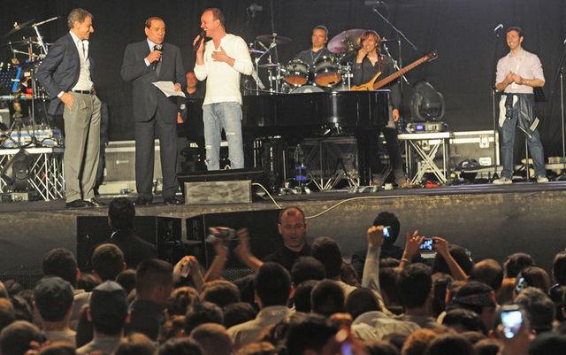 Berlusconi e Gigi D'Alessio chiudono la campagna elettorale di Lettieri