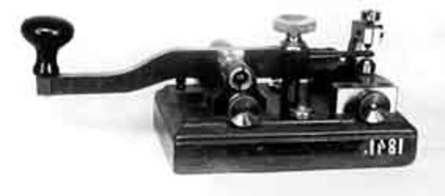 Alexander Stepánovich Popov con un sistema completo de recepción-emisión de mensajes telegráficos, transmitió el primer mensaje telegráfico entre dos edificios de la Universidad de San Petersburgo situados a una distancia de 2 m.