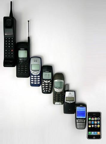 Motorola lanza el primer Telefono Mobil al mercado.