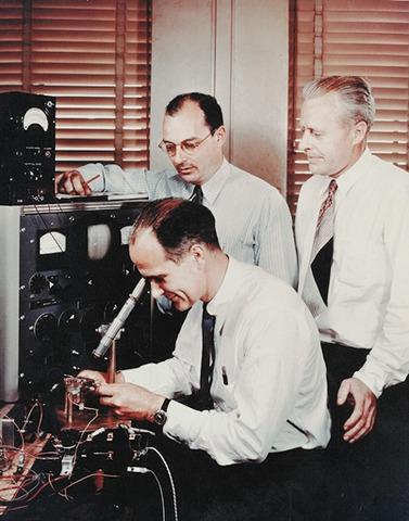 Es inventado el transistor
