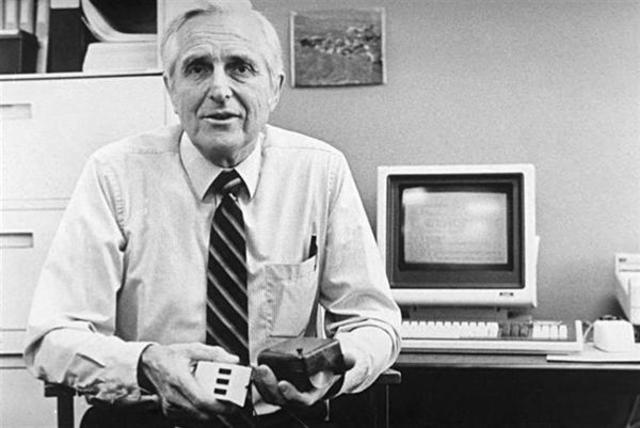 Engelbart presenta el ratón