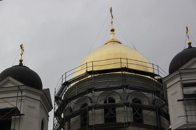 Позолота куполов храма