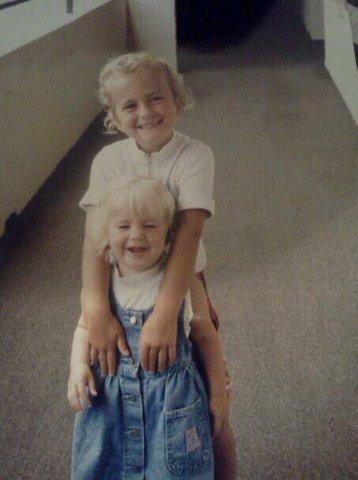 Mi hermana y yo le gustaba jugar y estar con simpatia cuando (e)ramos peque(n)os