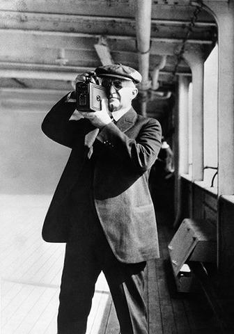 George Eastman con la Kodak 2