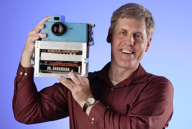 Sasson, investigador de Kodak y el prototipo de la primer cámara digital