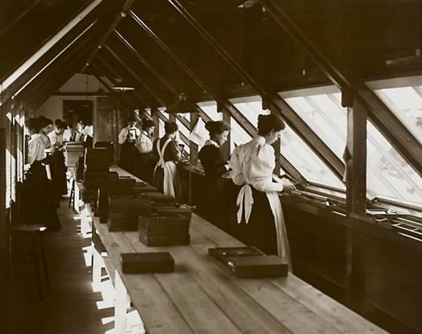 Interior de la fábrica de Kodak en sus comienzos
