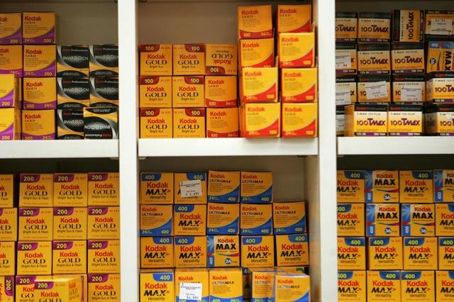 Rollos de película en los estantes de una casa fotográfica