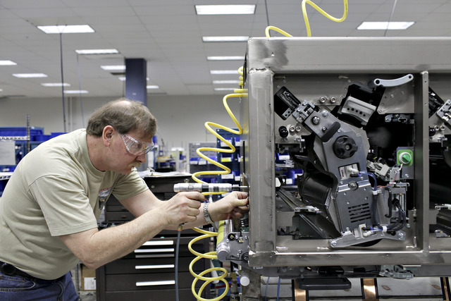 Un operario arma una impresora digital en la casa central de Rochester, Nueva York
