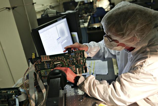 En los laboratorios de Kodak, chequeando un nuevo sensor digital