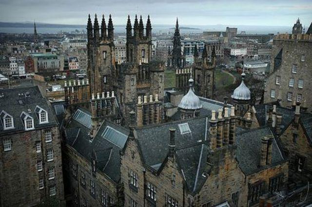Ingresa en la universidad de Edimburgo con su hermano Erasmus Darwin.