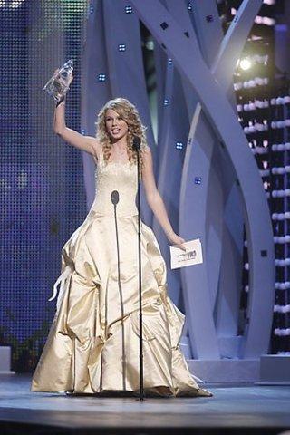 Wins the CMA Horizon Award