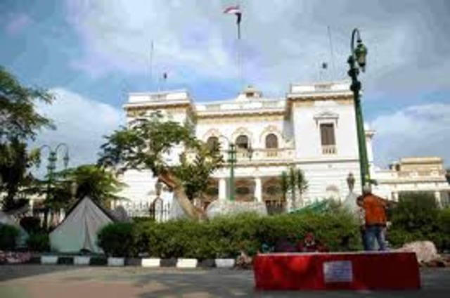 Egypt: Man sets himself on fire outside of Egypt´s parlament
