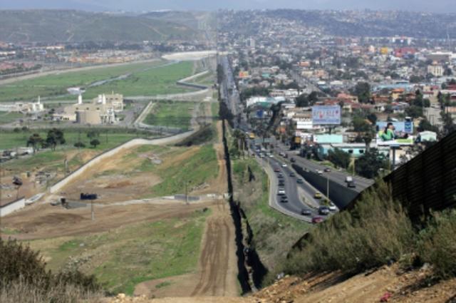 Alejandro G   Cajas de cartón y Senderos fronterizos timeline ...