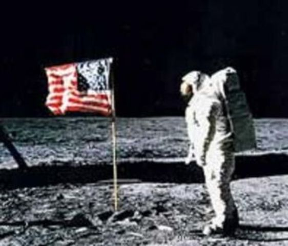 primer hombre en pisar la luna