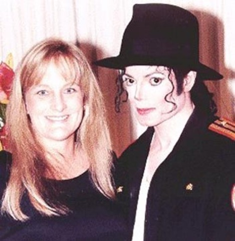 Jackson marries his dermatologist's secretary, Debbie Rowe.