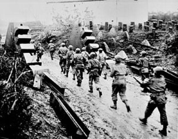 Allied troops reach Paris.