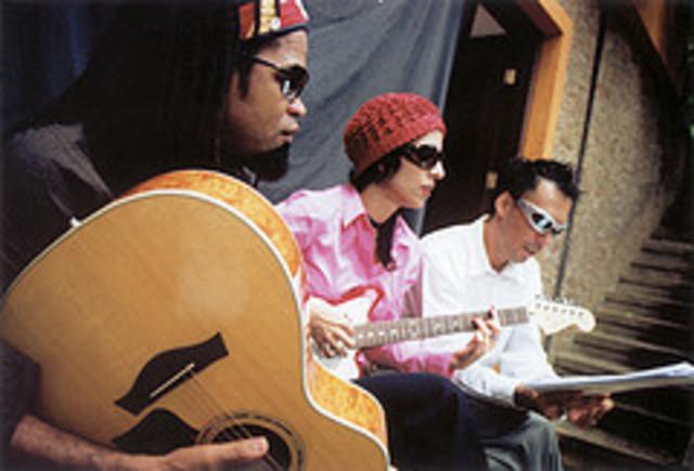Sexto álbum com Arnaldo Antúnez e Carlinhos Brown.
