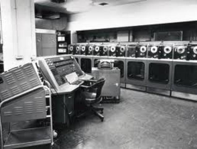 Eckert y Mauchly entregan el UNIVAC I.