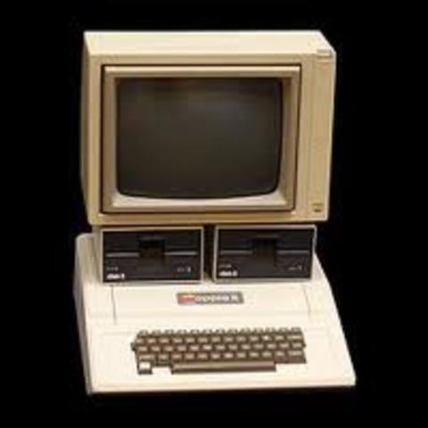 Se hace popular el ordenador Apple II.