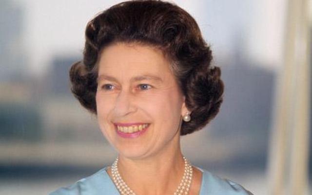 Queen Elizabeth writes her first email!