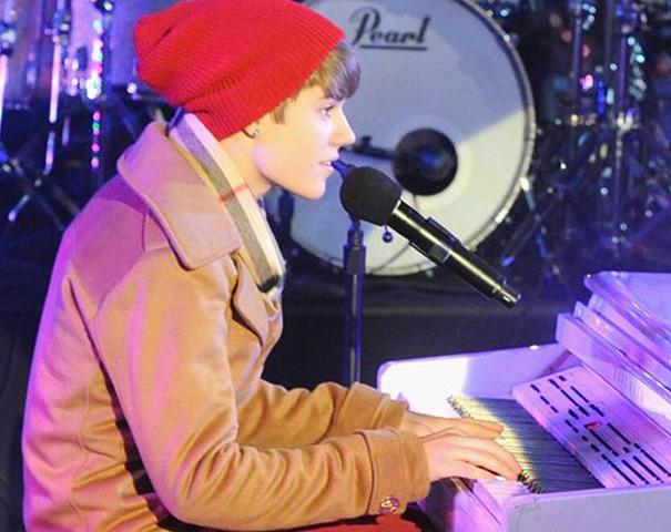 Fue uno de los artistas invitados al especial de Año Nuevo Dick Clark's New Year's Rockin' Eve