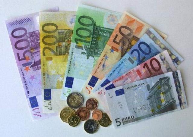 Se ponen en circulación billetes y monedas de Euro