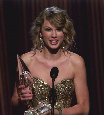 Taylor is Named Entertainer of the Year by CMA