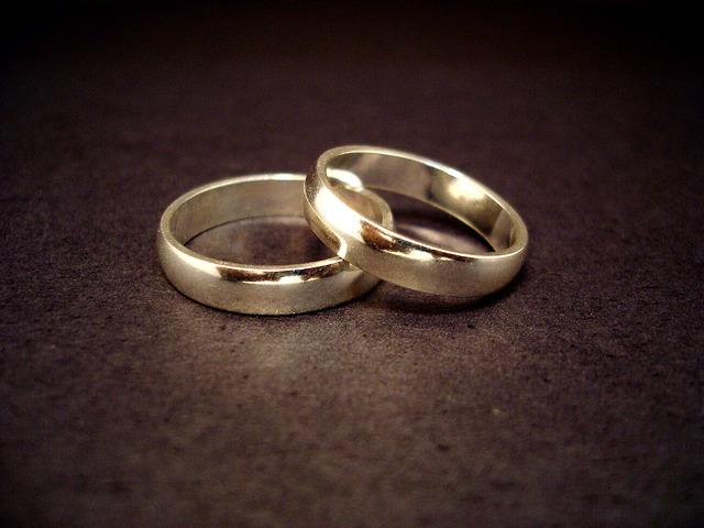 Kurt Cobain and Courtney Love get married