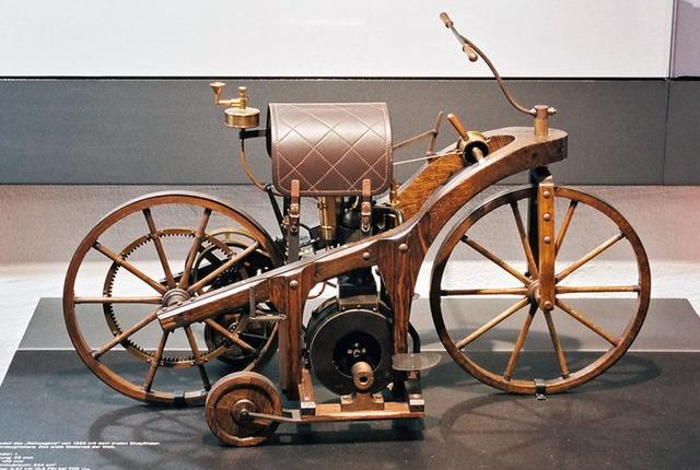 η πρώτη μοτοσικλέτα