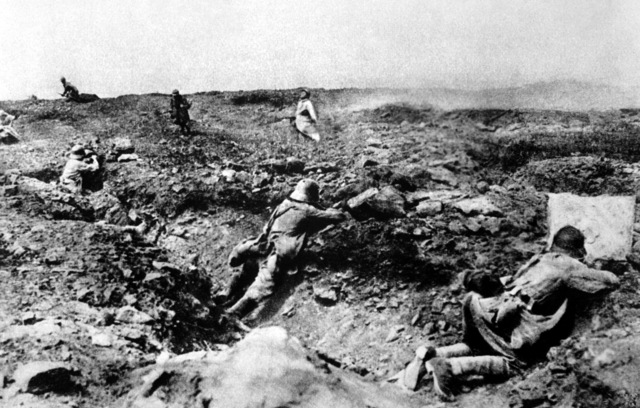 British forces use gas in battle near Loos, but shifting winds cause 60,000 British casualties