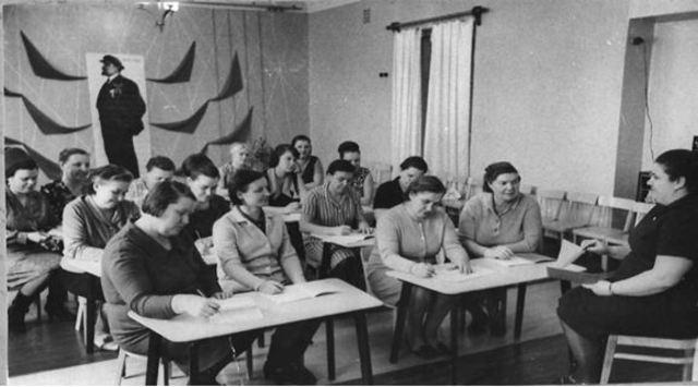 Политинформация   о В.И. Ленине в коллективе.   Проводит воспитательЧелышкова Римма    Фёдоровна.