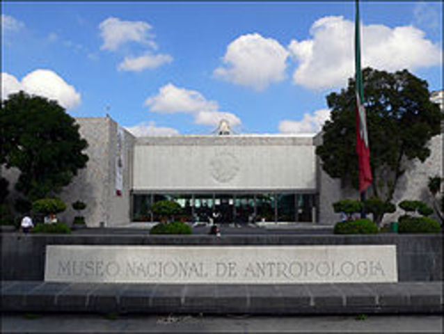 Creaciòn del Museo Nacional de Antropologìa.