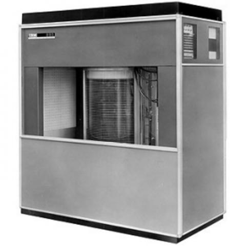 Жесткий диск IBM 350 в составе первого серийного компьютера IBM 305RAMAC.