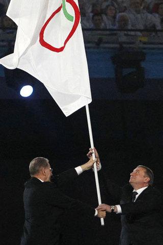Сочи передан олимпийский флаг