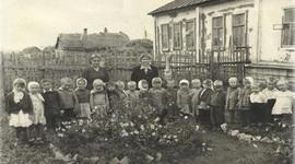 В 1959 году в молодом городе Новокуйбышевск, в совхозе Маяк открылся ясли- сад , который в 1971 году переехал из деревянного здания в новый двухэтажный корпус timeline