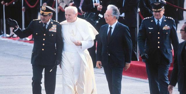 Llega a Colombia el Papa Juan Pablo II