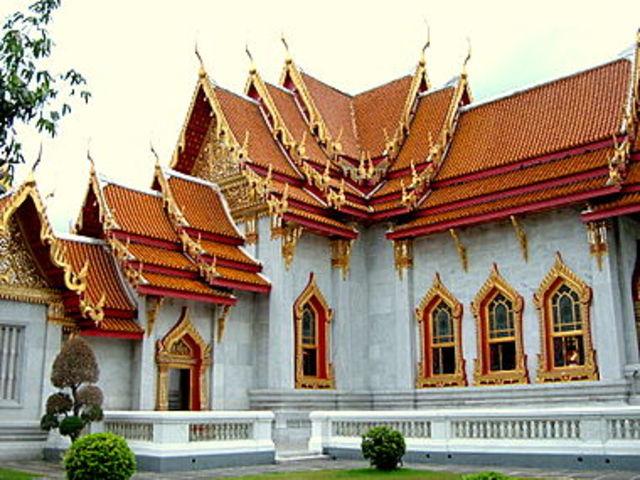 Indravanab I builds Preak Ko, Bangkong temples and the Indratataka Baray