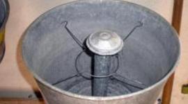 Inventée au XIXe siècle, une lessiveuse ressemble à une grande marmite qui servait autrefois à faire bouillir le linge. Elles ne sont pour ainsi dire plus utilisées depuis l'arrivée des machines à laver. timeline
