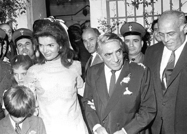 Jacqueline Kennedy marries Aristotle Onassiss