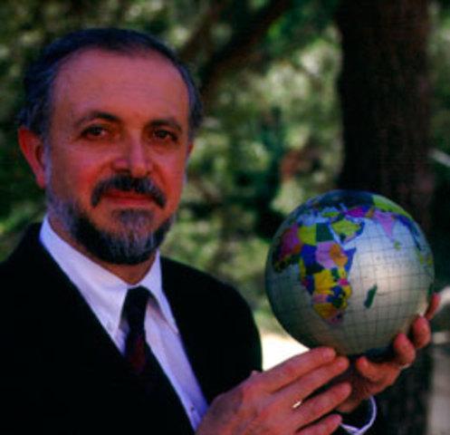 Mario Molina  alerta al mundo sobre el uso de los clorofluorocarbonados en aerosoles industriales y domésticos.