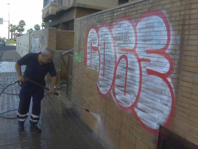Víctor Manuel Castaño, Rogelio Rodríguez Talavera y un equipo de colaboradores en el Centro de Física Aplicada y Tecnología Avanzada de la UNAM crearon la pintura antigraffiti