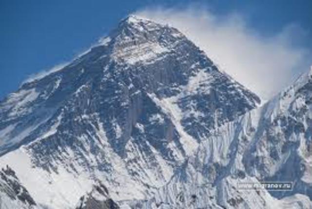 Открыли Джомолунгму (Эверест).
