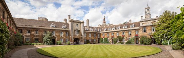 Darwin empieza la carrera de teología en Christ's Cambridge.