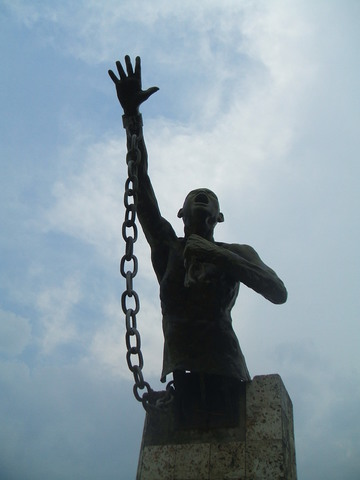 Plaza con una estatua de Africanos