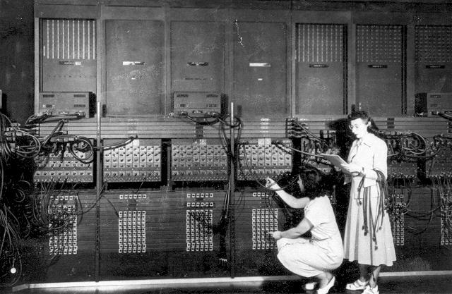 1945 - Mauchly y EcKert crean la ENIAC