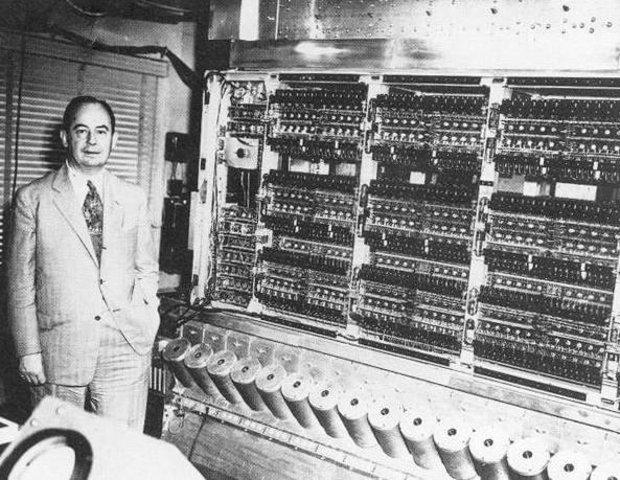 1946 - Von Neumann inventa el concepto de programa almacenado