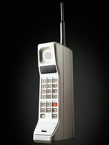 DynaTAC 8000X - Se desarrollo el primer movil del mercado que tenia aspecto de los hoy tan de moda teléfonos inalámbricos.
